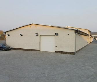 Pohled na areál firmy z parkoviště